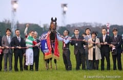 Connections of Epiphaneia celebrate their Japan Cup victory.